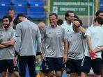 pelatih-timnas-spanyol-luis-enrique-tengah-saat-latihan-di-petrovsky-stadium.jpg