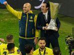 pelatih-villarreal-asal-spanyol-unai-emery-mengangkat-trofi-liga-europa.jpg