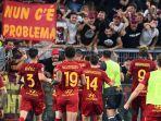 pemain-as-roma-melakukan-selebrasi-di-depan-suporter-gialorossi-setelah-mengalahkan-sassuolo.jpg