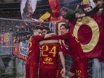 pemain-as-roma-melakukan-selebrasi-usai-cetak-gol.jpg
