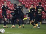 pemain-barcelona-melakukan-selebrasi-setelah-frenkie-de-jong-mencetak-gol.jpg