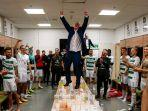 pemain-lechia-gdansk-merayakan-kemenangan-di-ruang-ganti.jpg