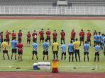 pemain-timnas-indonesia-u19-berkumpul-mendengarkan-pengarahan-pelatih.jpg
