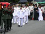 pemakaman-ferdinand-marcos-di-taman-makam-pahlawan-manila_20161119_100409.jpg