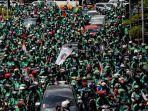 pengemudi-ojek-online-melakukan-aksi-unjuk-rasa-di-depan-istana-negara_20180327_175509.jpg