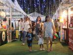 pengunjung-memadati-bazar-makanan-sast-berkunjung-di-panbil-winter-night-festival.jpg
