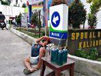penjual-bensin-eceran-di-pintu-masuk-spbu.jpg