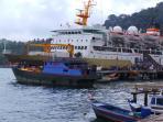 penumpang-kapal-pelni-di-pelabuhan-tarempa_20151206_195048.jpg