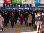 penumpang-kereta-di-stasiun-shinagawa-tokyo-berjalan-mengenakan-masker.jpg