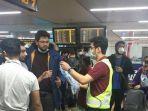 petugas-bandara-delhi.jpg