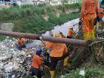 petugas-dlh-bersihkan-drainase-di-sei-beduk-dari-sampah-rumah-tangga.jpg