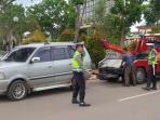 petugas-menderek-kendaraan-yagn-parkir-sembarangn_20150528_120353.jpg