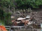petugas-sar-jepang-mencari-korban-selamat-dalam-bencana-tanah-longsor.jpg