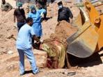 polisi-irak-dan-tim-forensik-menggunakan-buldozer-untuk-menggali-kuburan-massal-isis_20161108_082406.jpg