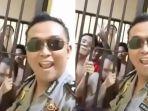 polisi-joget-bareng-tahanan_20180526_170906.jpg
