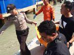 polisi-mengevakuasi-penemuan-mayat-dekat-dermaga-kppbc-karimun.jpg