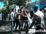 polisi-saat-mengamankan-massa-aksi-di-kabupaten-pamekasan-madura.jpg