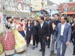 presiden-joko-widodo-bersama-ibu-negara-iriana-mengunjungi-gamcheon-culture-village.jpg