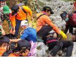 proses-evakuasi-pendaki-gunung-rinjani-yang-meninggal-dunia-minggu-312021.jpg