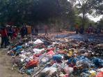 puluhan-personel-bpbd-batam-membantu-mengangkut-sampah-di-kawasan-batuaji_20160710_185152.jpg