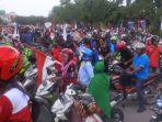 ratusan-buruh-yang-berdemonstrasi-di-gedung-pemko-batam_20171110_123823.jpg