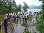 ratusan-personel-tni-dan-sejumlah-pejabat-di-anambas-melakukan-penanaman-mangrove-di-temburun_20151218_224418.jpg