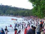 ribuan-pengunjung-menikmati-liburan-awal-tahun-2020-di-pantai-pelawan-karimun.jpg