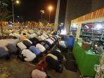 ribuan-ummat-muslim-melaksanakan-sholat-tarawih-pertama_20180526_170459.jpg