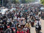 ribuan-warga-myanmar-kamis-432021-mengantar-jenazah-remaja-19-tahun-kyal-sin.jpg