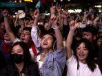 ribuan-warga-wuhan-china-menghadiri-festival-musik-strawbery-sabtu-152021.jpg