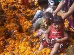 ritual-anak-anak-di-india-duduk-di-tumpukan-kotoran-sapi-yang-berwarna-kekuningan_20161103_110850.jpg