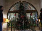 sebuah-pohon-natal-yang-dipasang-di-sebuah-hotel-di-jerusalem_20161226_090121.jpg