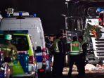 sejumlah-aparat-kepolisian-tengan-memeriksa-truk-teror-berlin-jerman_20161220_084356.jpg