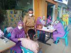sekretaris-kota-batam-jefridin-saat-meninjau-kegiatan-vaksinasi-di-lytech.jpg