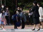 seorang-ibu-tengah-mencium-anaknya-di-tk-di-seoul-korea-selatan.jpg