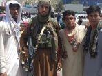 seorang-pejuang-taliban-terlihat-bersama-penduduk-setempat-di-pul-e-khumri.jpg