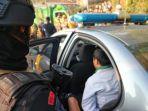 seorang-terduga-teroris-dibawa-ke-dalam-mobil-patroli-polres-garut.jpg