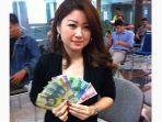 seorang-wanita-menunjukan-uang-baru-emisi-2016_20161219_123405.jpg