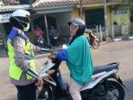 seorang-wanita-pengendara-sepeda-motor-memaki-maki-polisi-wanita_20170920_082254.jpg