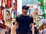 seorang-wisatawan-sedang-berjalan-jalan-di-kawasan-ameyoko-tokyo.jpg
