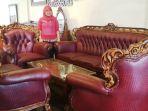 spg-rumah-meubel-menunjukan-set-sofa-jati-3211-dari-kayu-jati-grade-a_20180717_155633.jpg