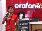 staf-erafone-grand-batam-mall-memamerkan-produk-iphone-terbaru.jpg