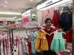 staff-matahari-department-store-saat-menunjukkan-koleksi-pakaian-anak-merek-donita.jpg