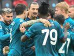 striker-ac-milan-asal-swedia-zlatan-ibrahimovic-tengah-melakukan-selebrasi-bersama-rekannya.jpg