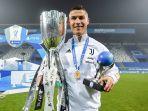 striker-juventus-cristiano-ronaldo-dengan-trofi-piala-super-spanyol-2021.jpg