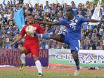 striker-persib-bandung-ezechiel-ndouassel-kanan-mencetak-5-gol.jpg