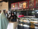 suasana-pengunjung-saat-memesan-makanan-serta-minuman-yang-ada-di-kfc-coffee-batam-center.jpg