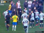 suasana-sesaat-setelah-petugas-masuk-lapangan-saat-pertandingan-brazil-vs-argentina.jpg