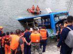 tim-sar-melakukan-penyelamatan-terhadap-penumpang-tidak-lama-setelah-bus-masuk-ke-waduk.jpg