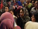 titiek-soeharto-di-tengah-kerumunan-demonstran.jpg